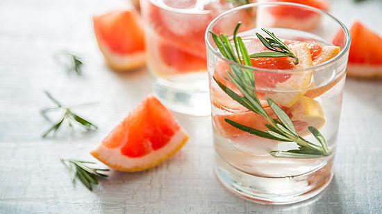 infused-water-wasser-mit-grapefruit-und-rosmarin