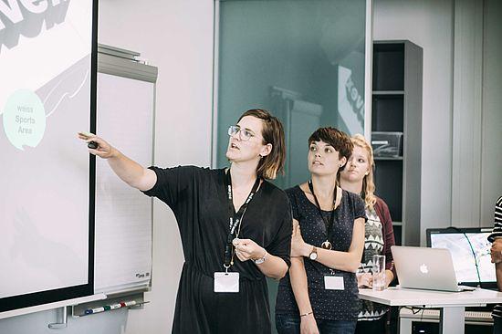 teilnehmerinnen-beim-pitchen-ihrer-erarbeiteten-idee-an-der-creative-day-challenge