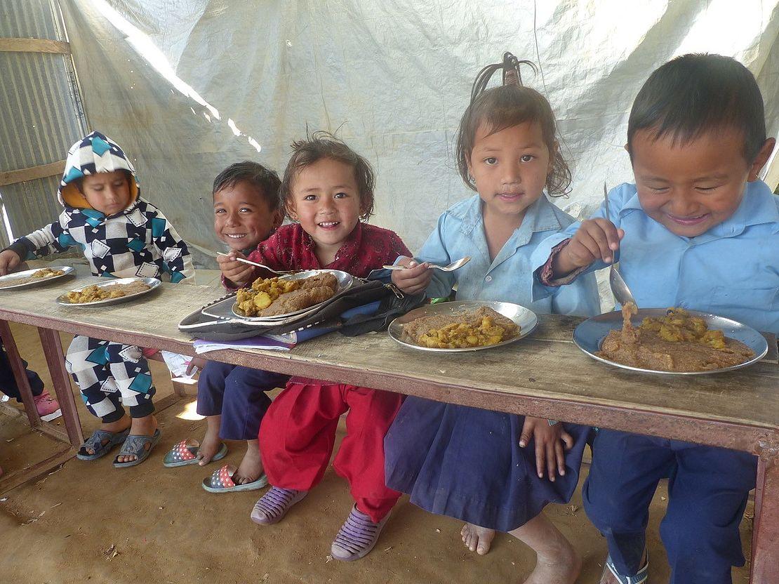 Nepalhilfe-im-kleinen-Rahmen-Kinder-essen