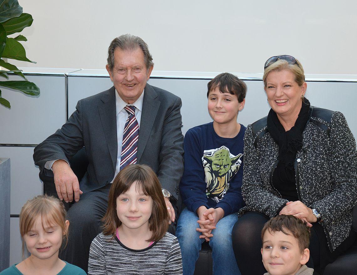 Rainer Winter und Gabriele Grau mit Kindern aus dem Kinderheim St. Michael. Ein Video zeigt die Projekte der Stiftung.
