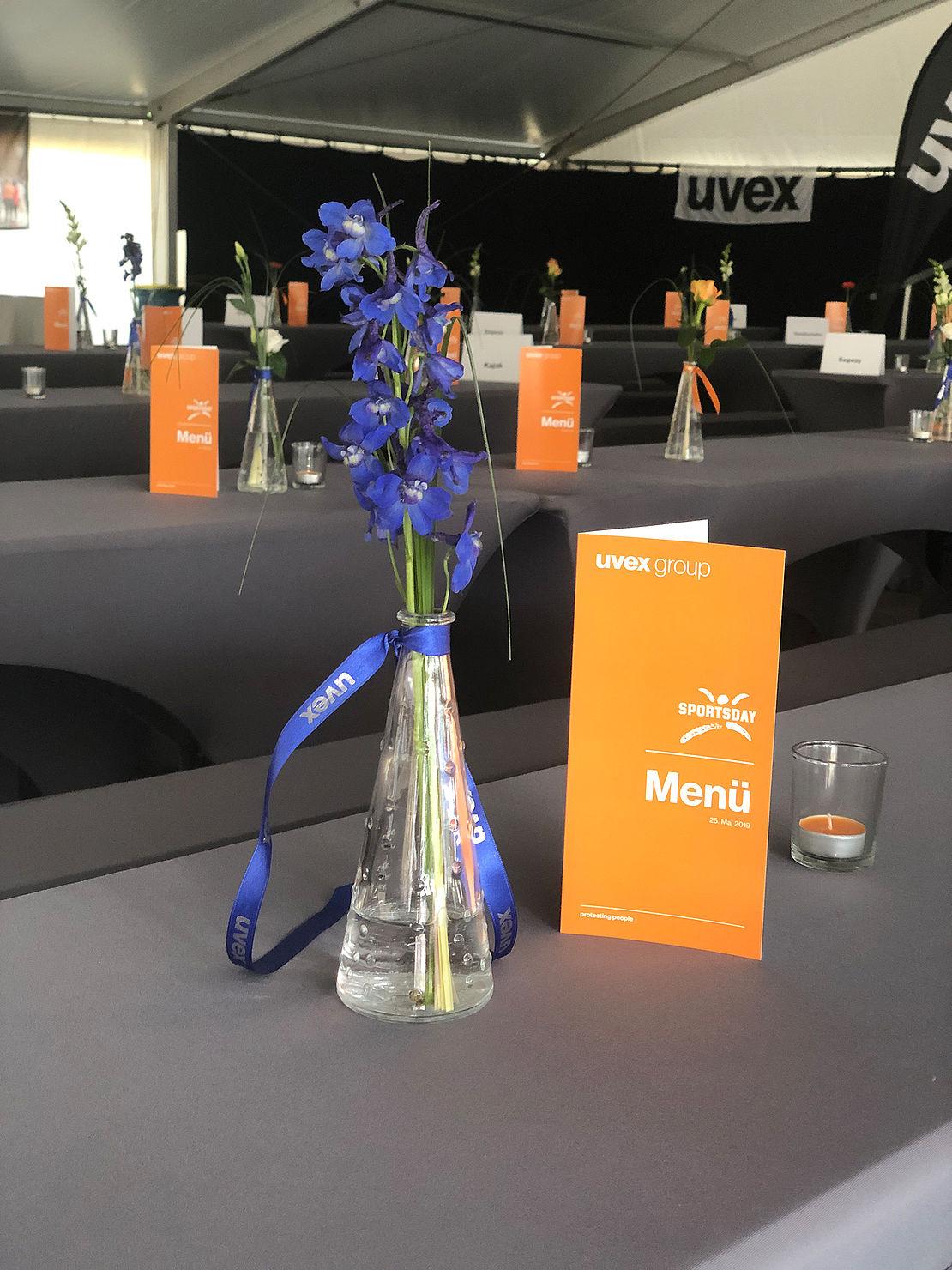uvex-group-sportsday-dekoration-mit vase-und-blume-und-menükarte