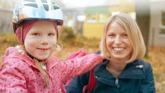 Betriebliches Gesundheitsmanagement Familienpolitik bei der uvex group Mutter mit Kind