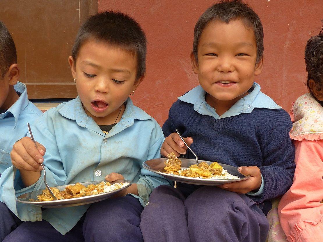 Nepalhilfe-im-kleinen-Rahmen-Jungen-essen