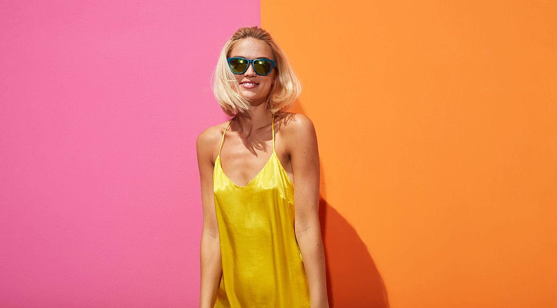 Frau mit eckiger Sonnenbrille Modell 3021119