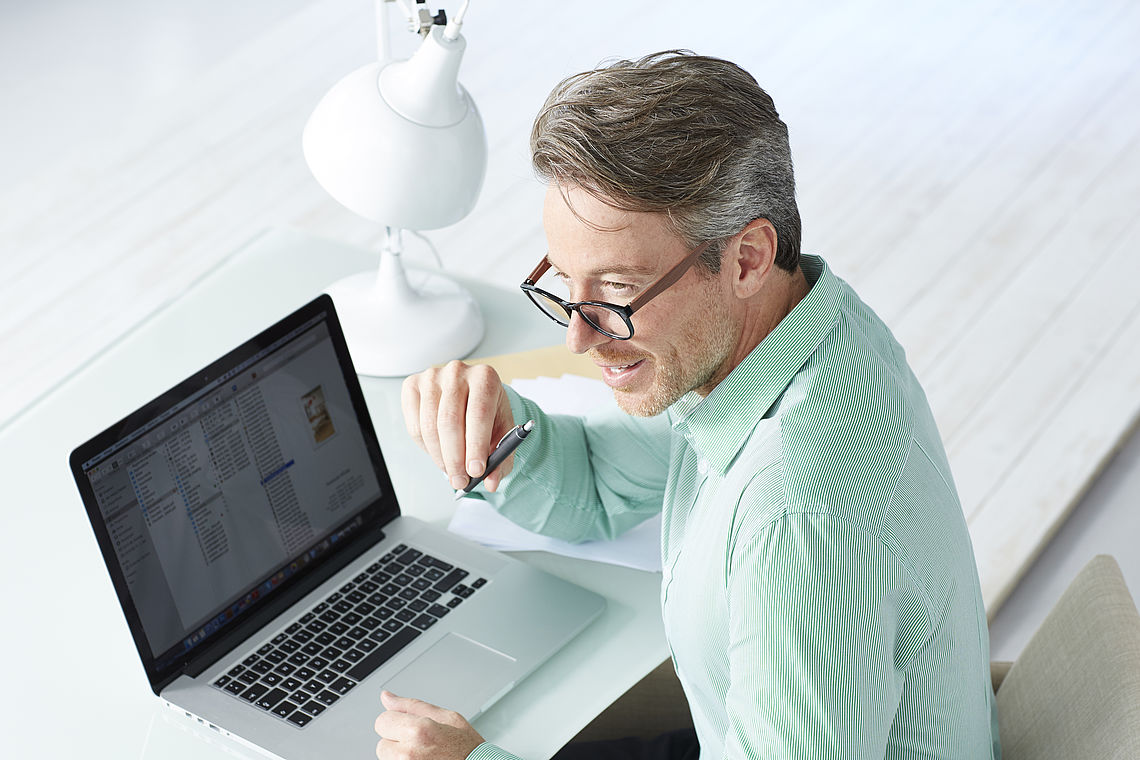 Man working on laptop, wearing reading glasses Amsterdam black / brown