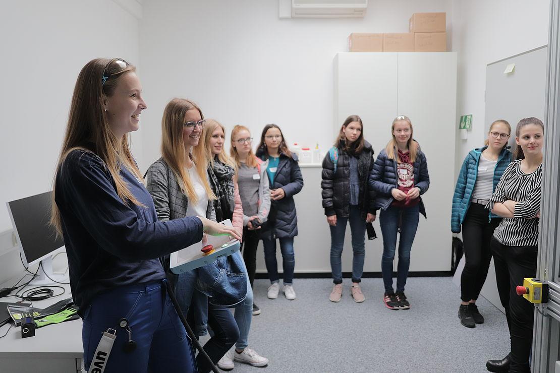 vorführung-beim-girls-day-bei-der-uvex-group-am-standort-fürth