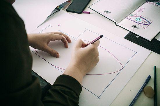 teilnehmerin-der-creative-day-challenge-am-skizzieren