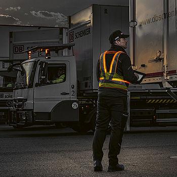 Bei Dunkelheit im Logistik- und Frachtbereich sorgen aktive Leuchtwesten für Sichtbarkeit