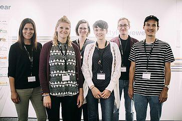 gruppenbild-der-ersten-gruppe-mit-ihren-beiden-mentoren