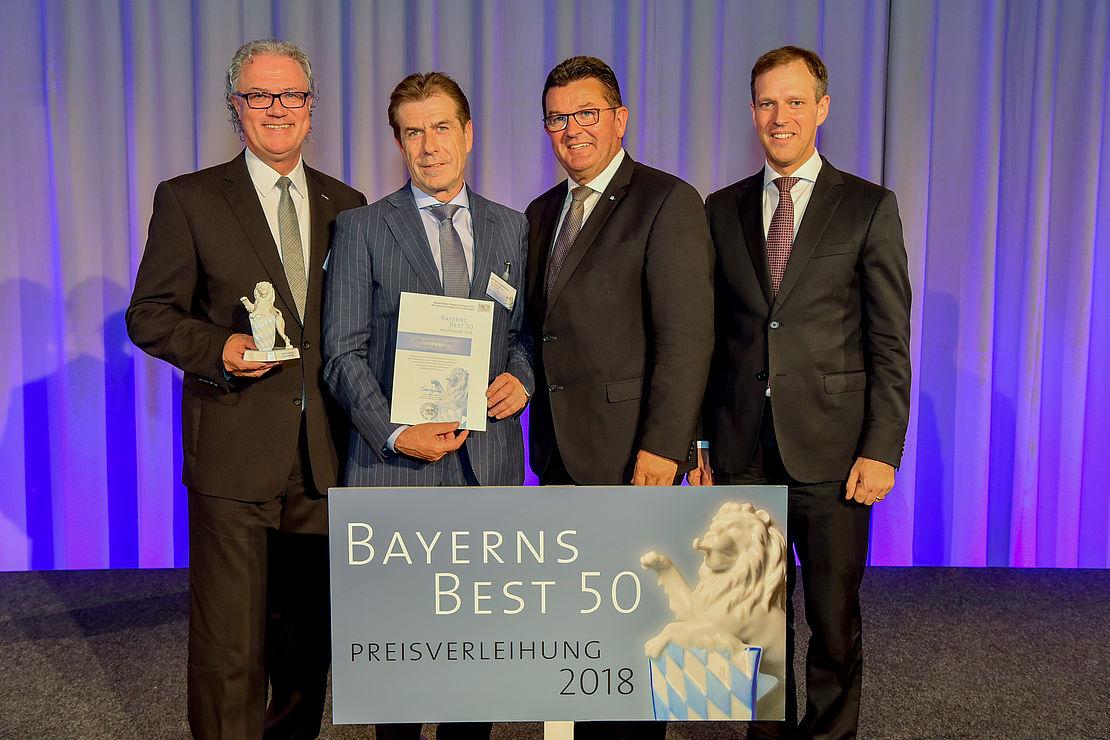 uvex-group-mitarbeiter-mit-bayerns-best-50-auszeichnung-in-der-hand