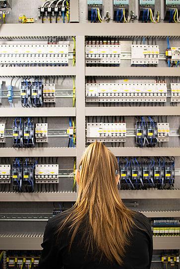 Azubi-Elektroniker-am-Schaltkasten-uvexgroup