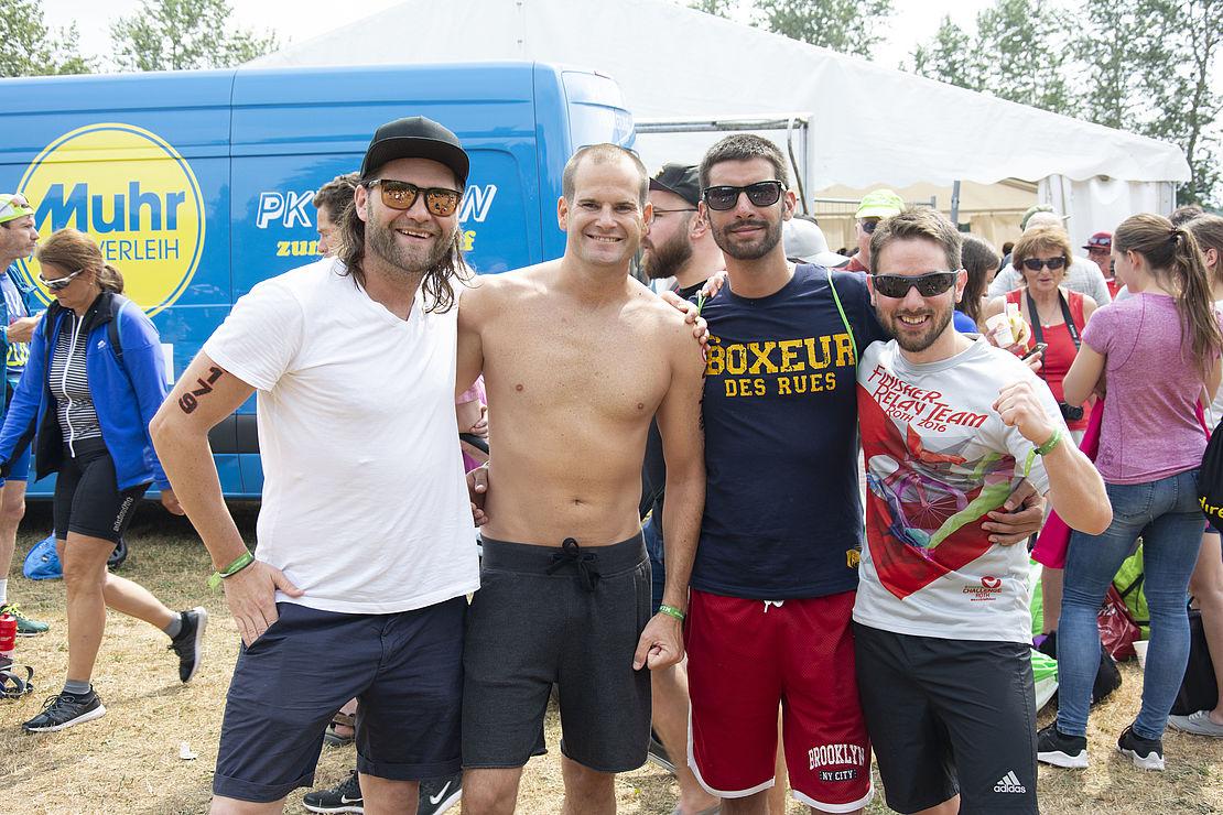 uvex-staffel-drei-vier-Kollegen-im-Ziel-des-Triathlons