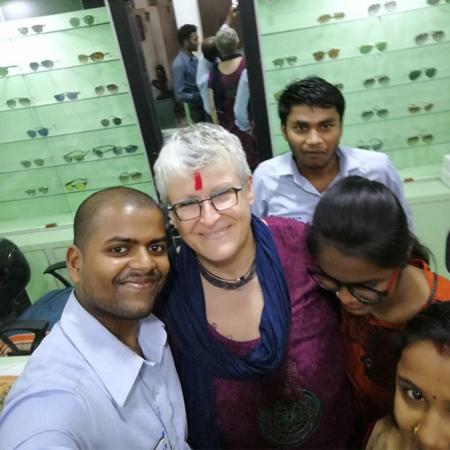 uvex-group-mitarbeiterin-zusammen-mit-leuten-aus-den-augenkliniken-des-eastern-regional-eyecare-programms