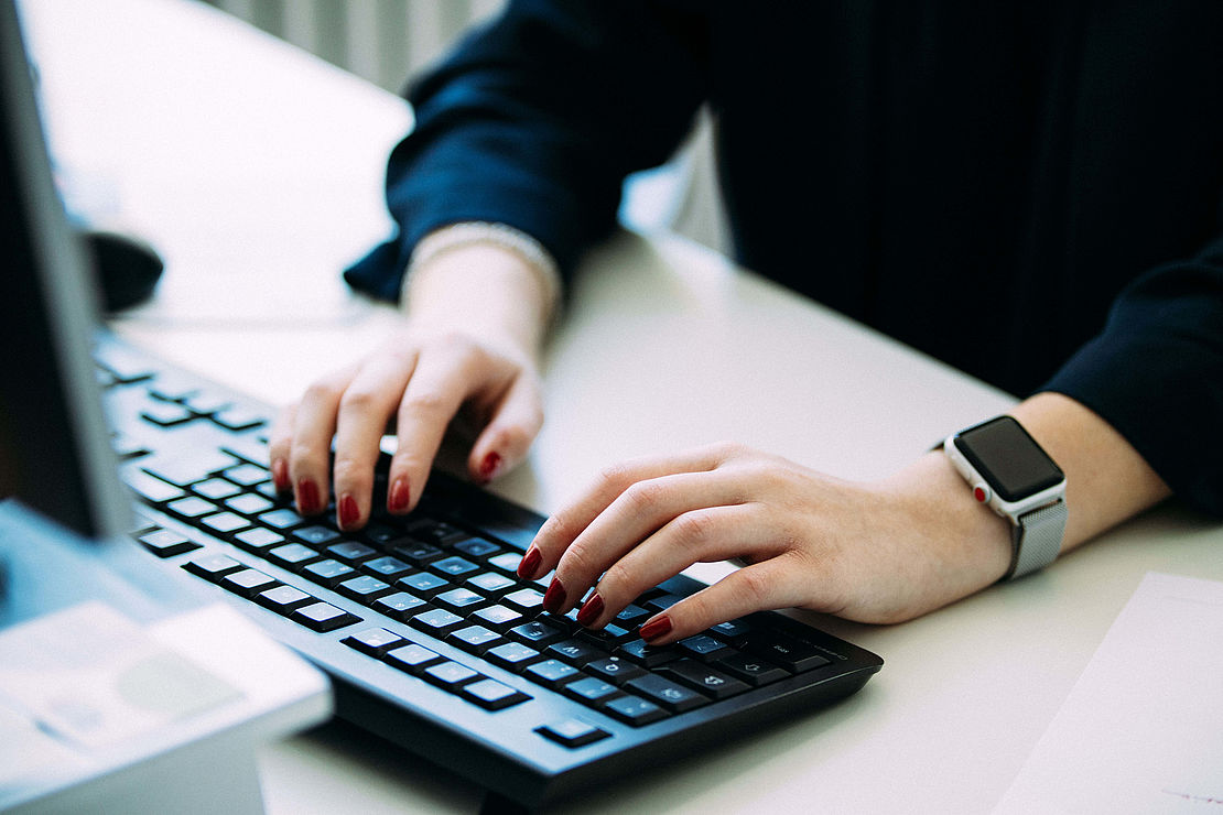 ausbildung-industriekaufmann-uvexgroup-laptop