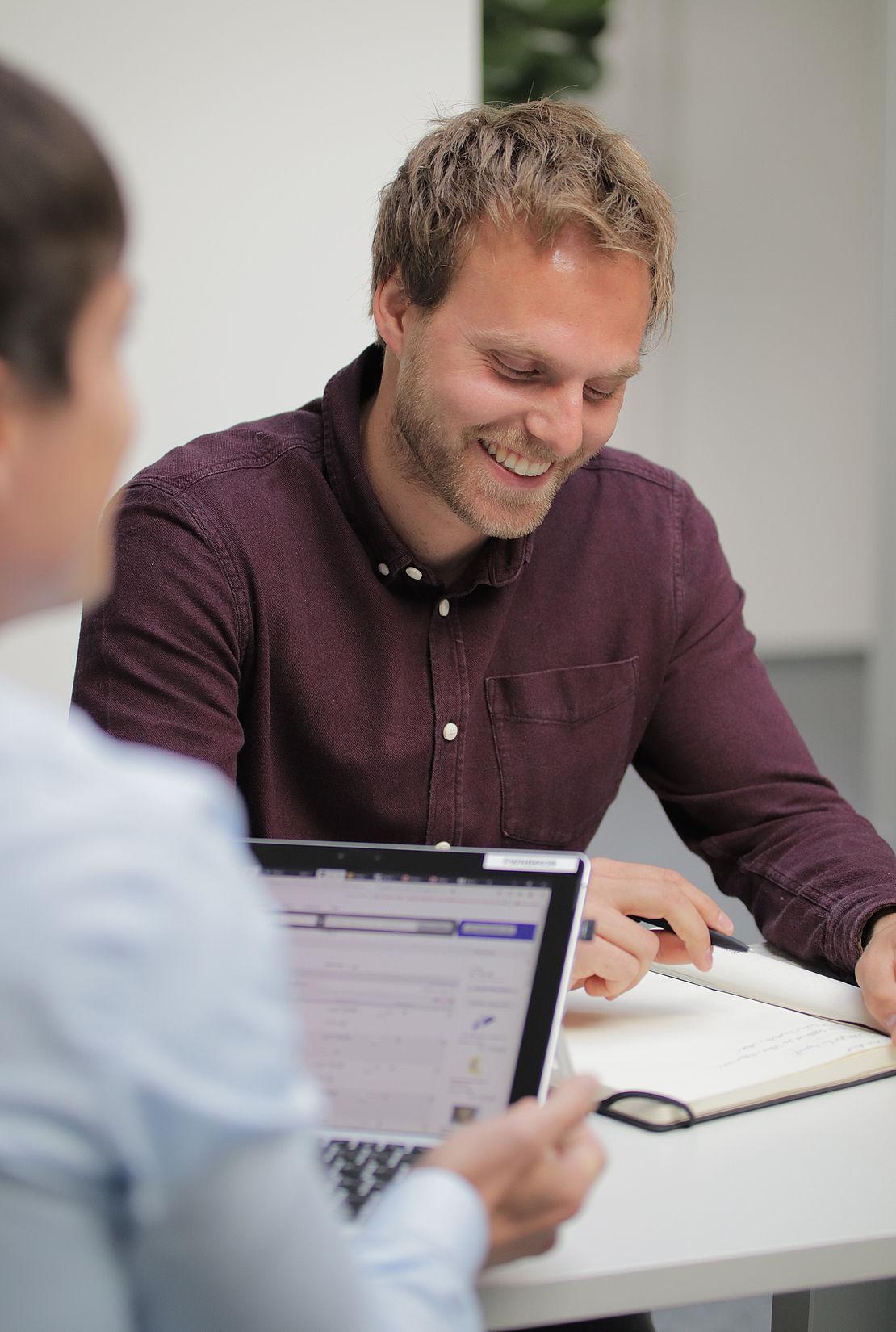 Gespräch zwischen Mitarbeitern der uvex group Personalentwicklung