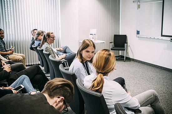 teilnehmer-und-uvex-group-mitarbeiter-als-audience-für-die-vorstellung-der-ideen