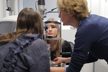 die-girls-day-teilnehmer-bekommen-einen -einblick-in-den-optikshop-von-uvex