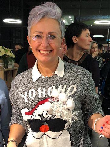 uvex-group-mitarbeiterin-mit-weihnachtspulli