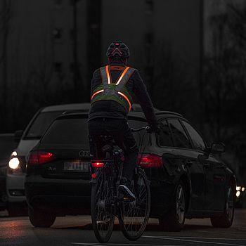 Mehr Sicherheit auf dem Fahrrad und im Straßenverkehr: mit der aktiven Leuchtweste von uvex