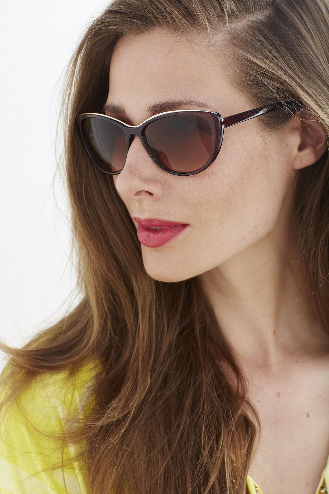 Woman wearing Cateye sunglasses 302070