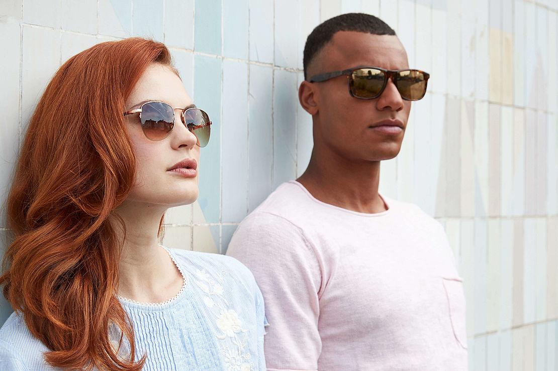 Frau mit Pilotenbrille 3002419 und Mann mit Sonnenbrille 3021209