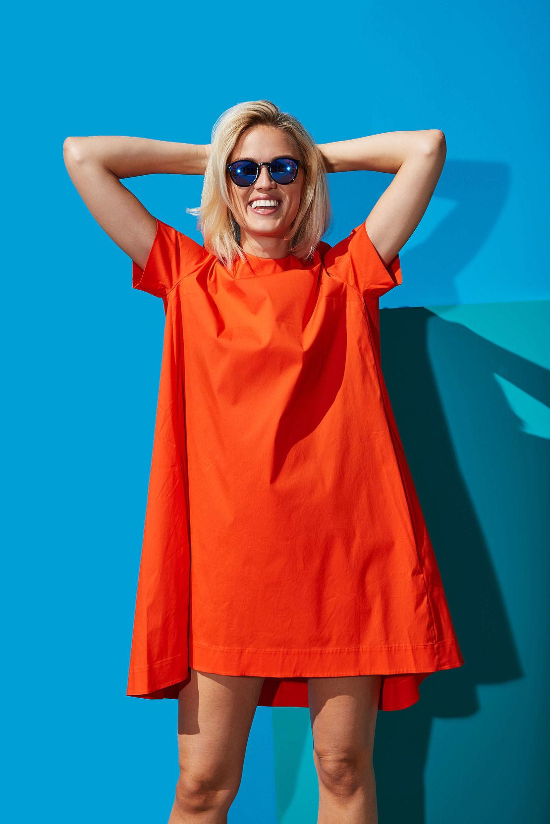 Frau mit blau verspiegelter Sonnenbrille Modell 3002109