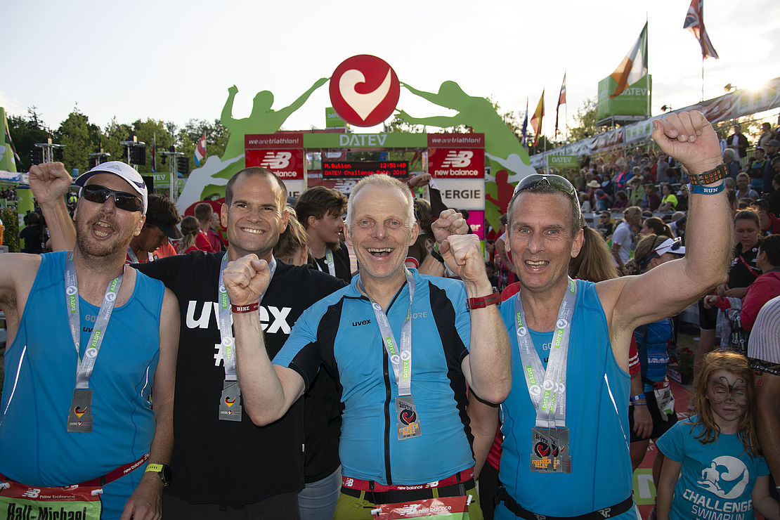 uvex-staffel-eins-drei-Kollegen-im-Ziel-des-Triathlons
