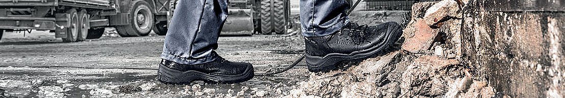 man wearing uvex quatro pro GTX boots