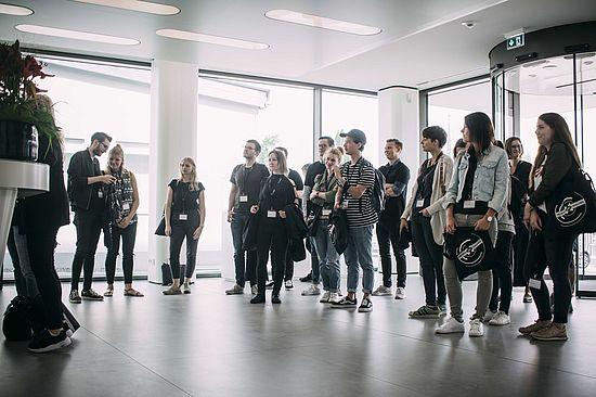 teilnehmer-der-creative-day-challenge-der-uvex-group-in-der-lobby-am-standort-fürth