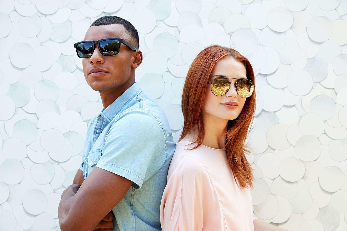 Frau mit runder Sonnenbrille 3001089 und Mann mit eckiger Sonnenbrille 3025109