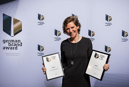 Dagmar Hugenroth nimmt den German Brand Award entgegen