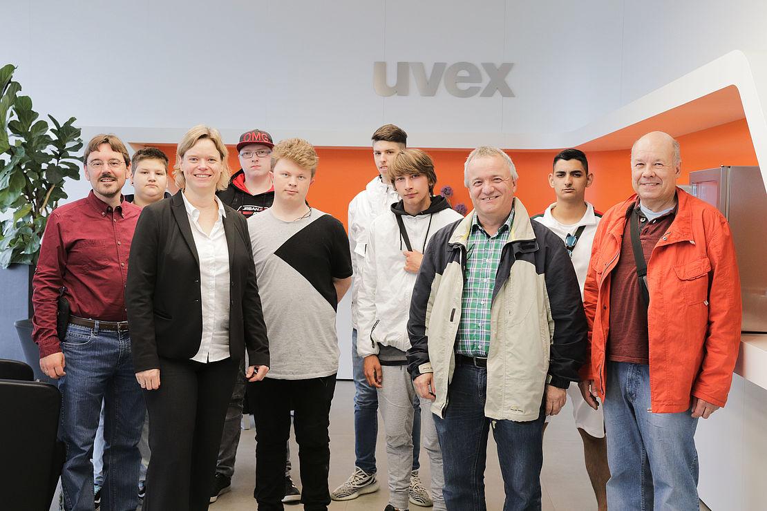 uvex-group-werksführung-am-standort-fürth-für-die-noris-arbeit-ggmbh-gruppenfoto-aller-teilnehmer
