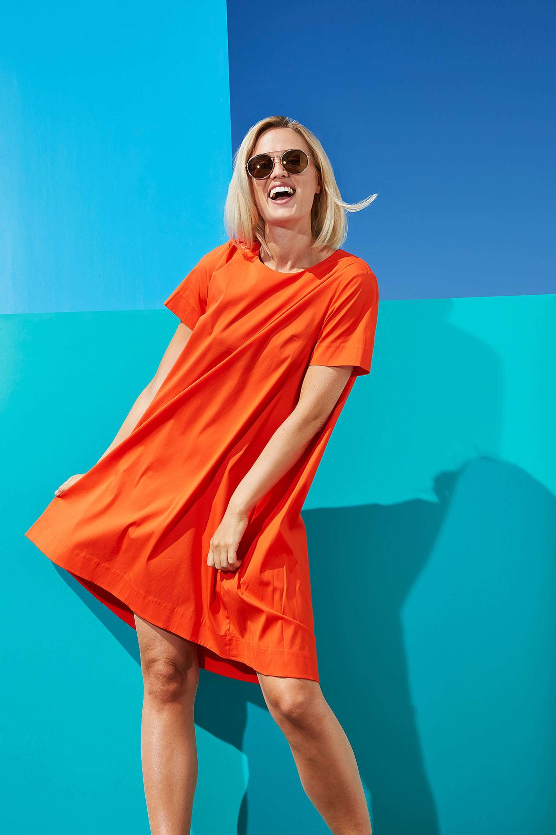 Frau mit runder Sonnenbrille Modell 3021189