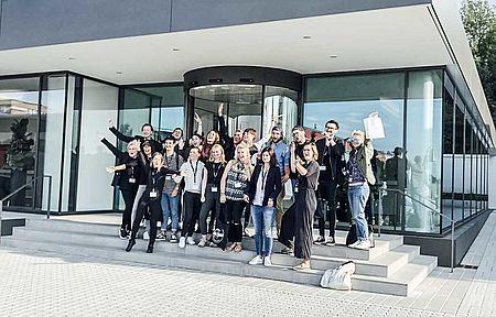Creative Day Challenge Teilnehmer vor dem Headquater der uvex group