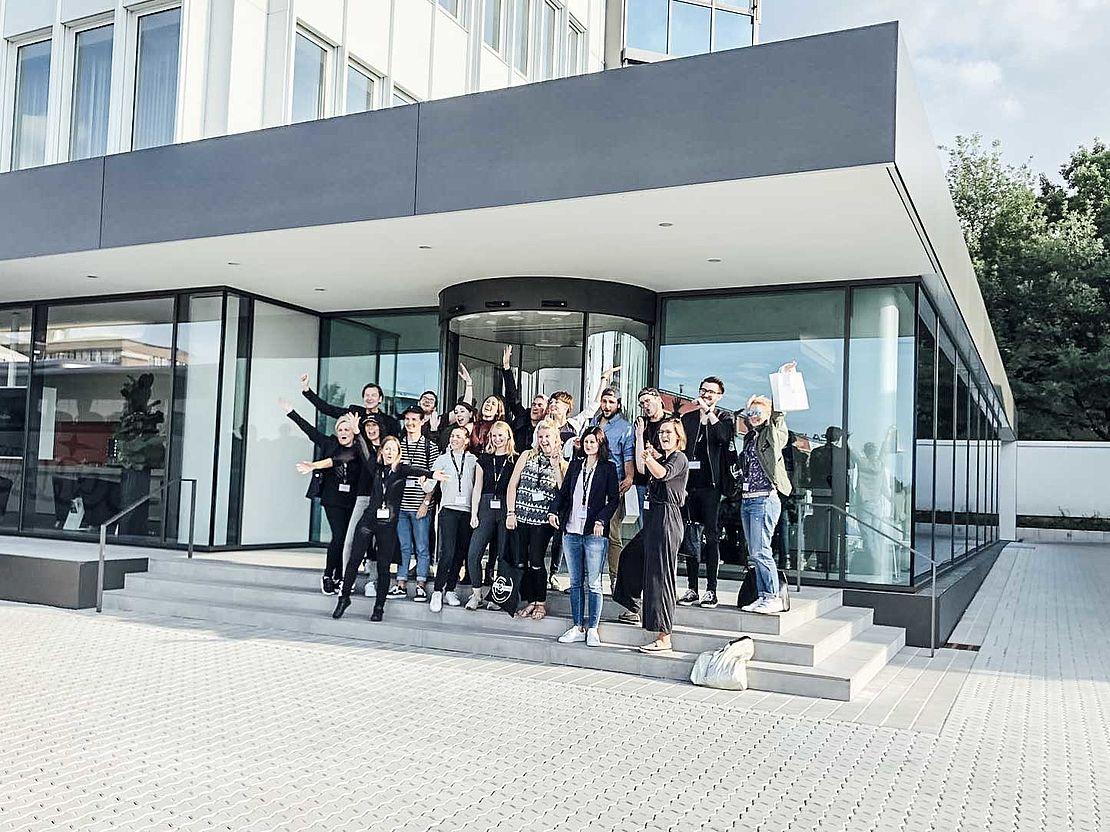 gruppenbild-nach-der-creative-day-challenge-vor-dem-hauptgebäude-der-uvex-group-am-standort-fürth