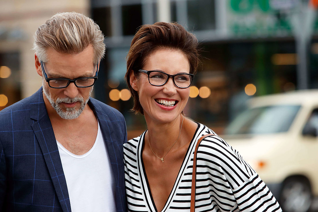 Mann mit eckiger Lesebrille Oslo schwarz-blau, Frau mit Cateye Lesebrille Tokio grau