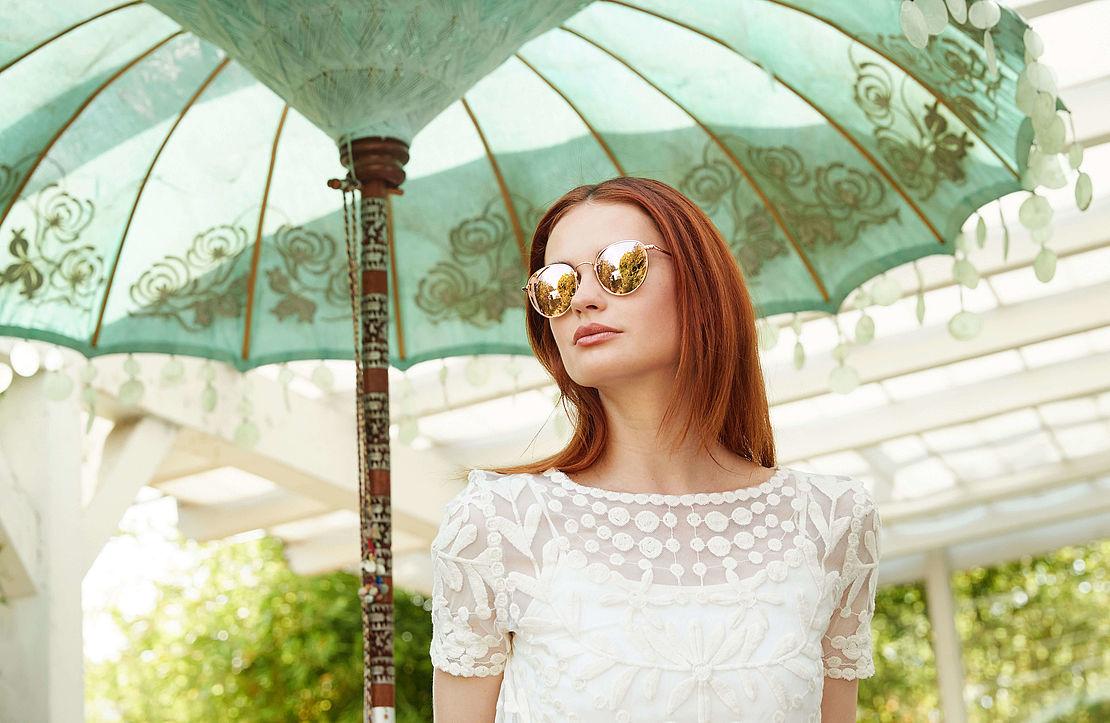 Frau mit runder Sonnenbrille Modell 3021129