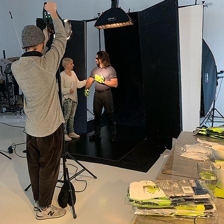 vorbereitung-für-das-nächste-setting-beim-fotoshooting-der-uvex-safety-group