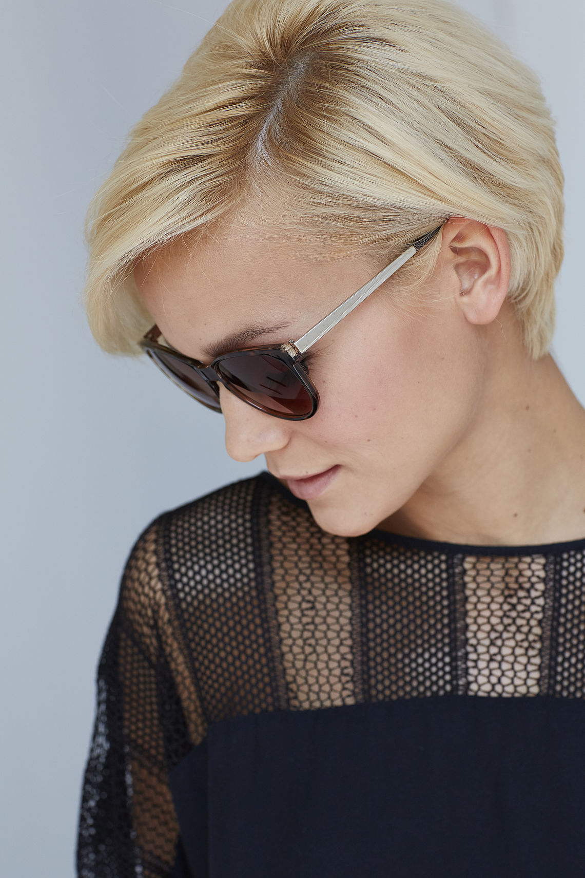 Woman wearing sunglasses 302100