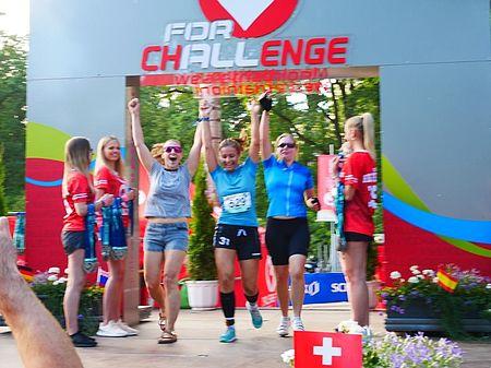 Mitarbeiterinnen-der-uvex-group-Laufen-durch-ziel-bei-datev-challenge-roth-triathlon