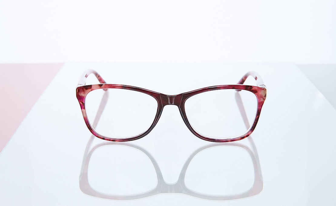 Reading glasses style Tokyo in red on glass plate