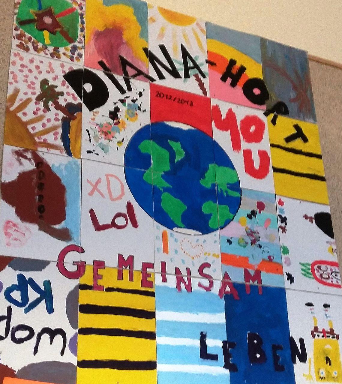 Ein Plakat zeigt: Mit Kursen bereiten sich Jugendliche (auch junge Flüchtlinge) auf den Abschluss in der 9. oder 10. Klasse der Mittelschule vor.