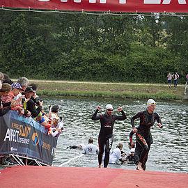 schwimmer-kommen-aus-dem-wasser-challenge-roth-triathlon-uvex-mitarbeiter