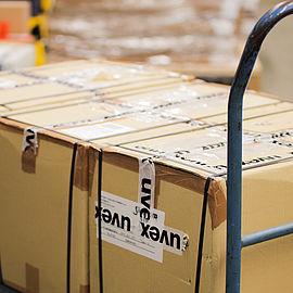 uvex-kartons-auf-wagen