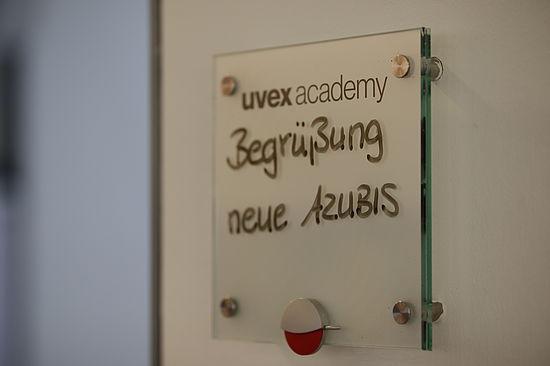 Schild-zur-begrüssung-der-neuen-uvex-group-azubis