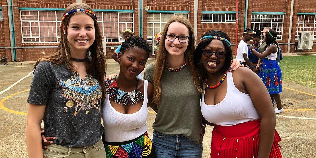 uvex-group-mitarbeiterin-lara-hoyer-mit-einheimischen-mädchen-bei-ihrem-schüleraustausch-in-südafrika