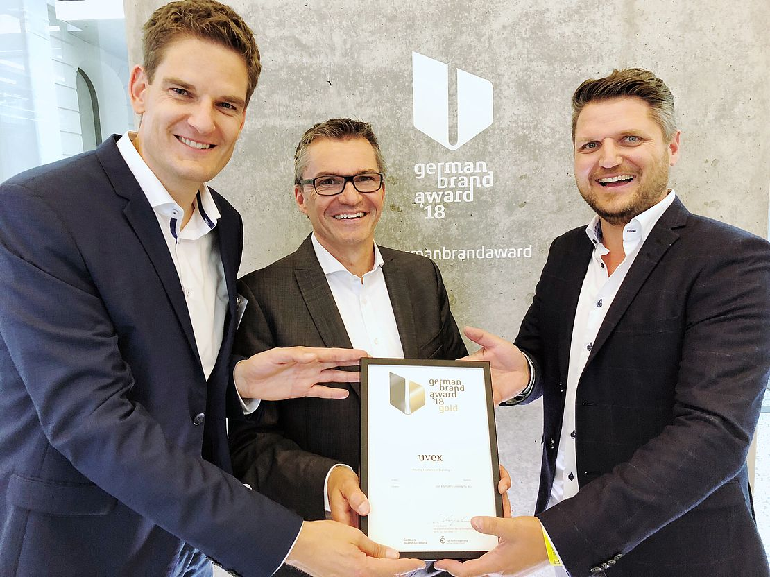 übergabe-des-german-brand-awards-in-gold-an-uvex-sports
