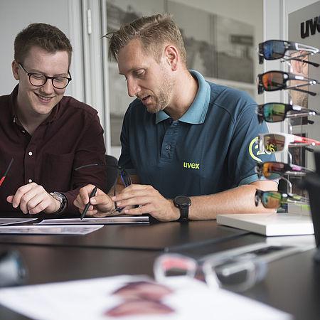 Berufseinsteiger und Erfahrene bei der uvex group