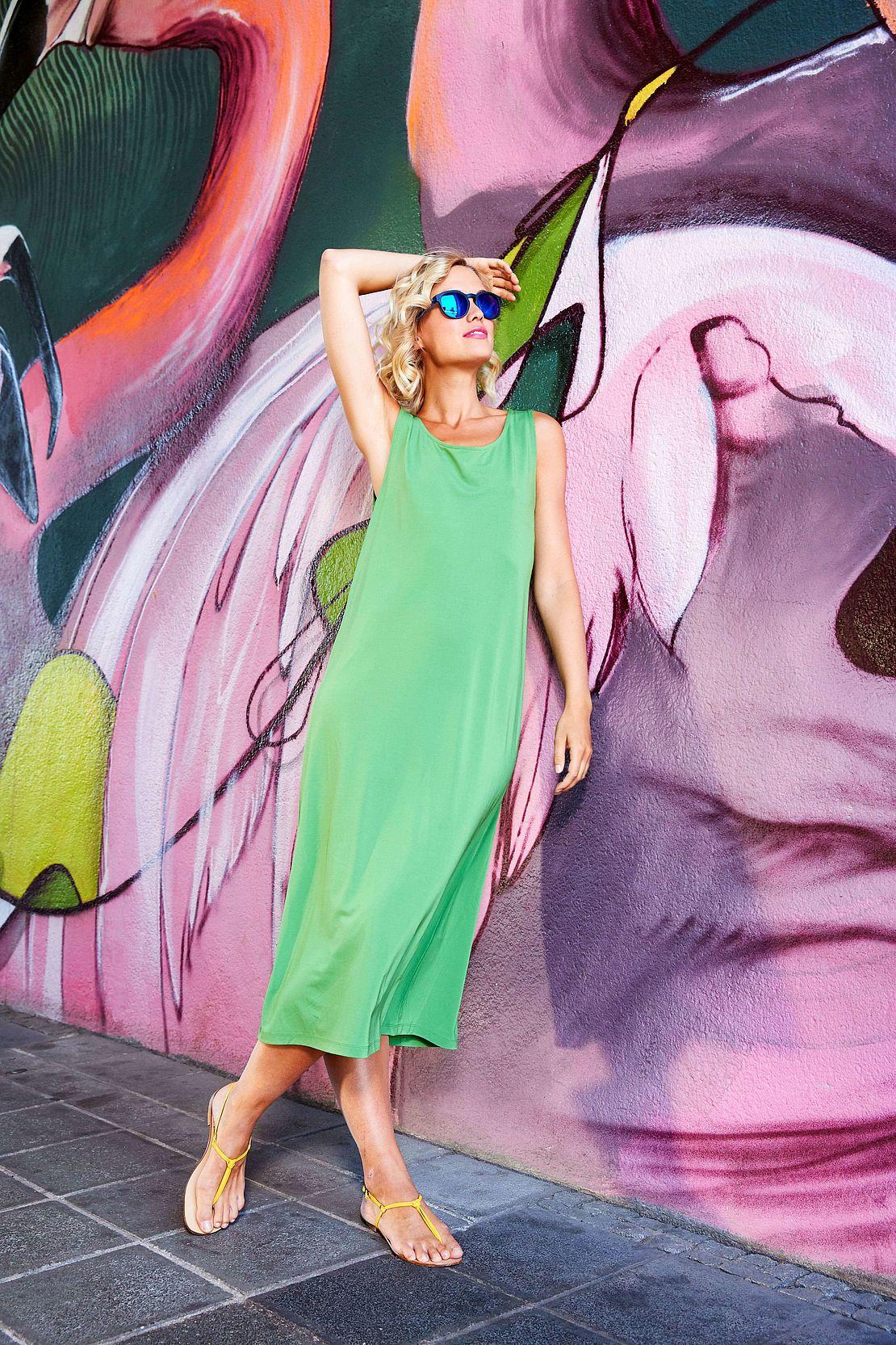 Frau mit Panto Sonnenbrille Modell 3021159