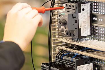 Ausbildung-Elektroniker-vor-Schaltkasten-uvexgroup